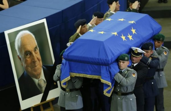 German soldiers carry the coffin of late former German Chancellor Helmut Kohl during of a memorial ceremony at the European Parliament in Strasbourg, France, July 1, 2017. REUTERS/Francois Lenoir