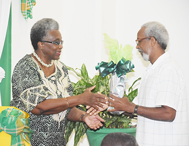 Grace-recflowers-from-Chairman-gives-flowers-to-chman-DSC_1677w